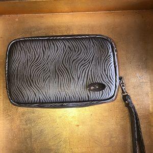 Handbags - NWOT Cool It Caddy Contempo Wristlet Case 💙